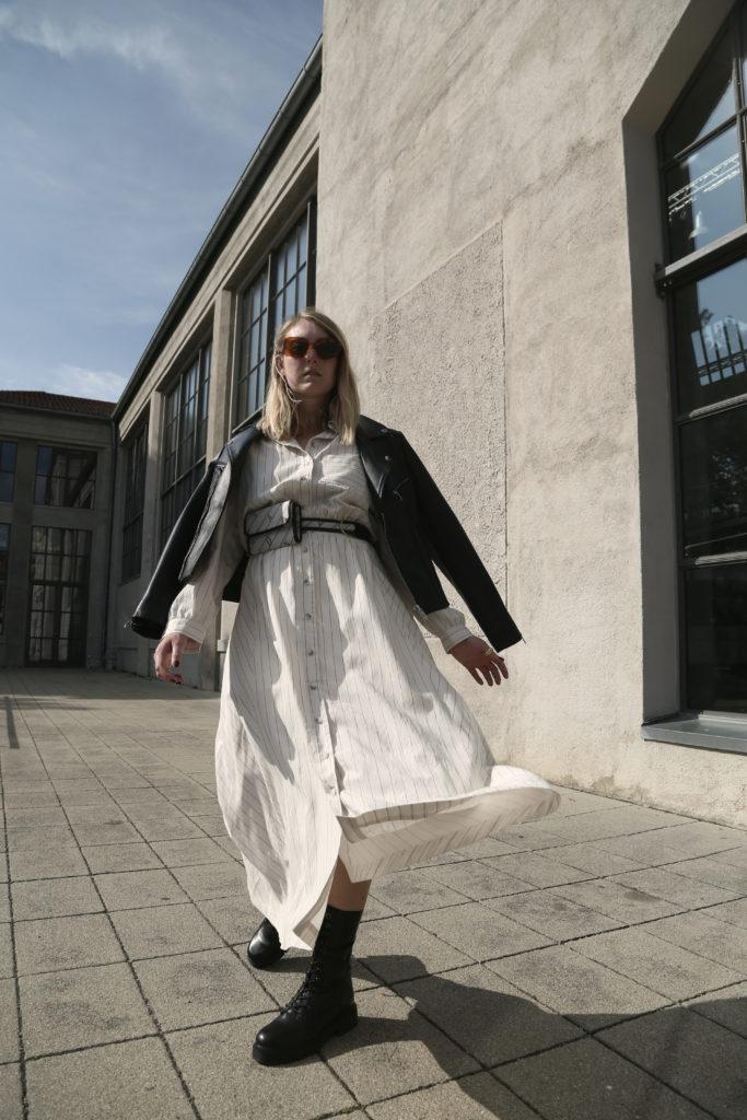 Blusenkleid mit Lederjacke kombinieren